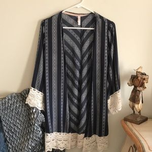 Vintage look crochet trim on this pretty kimono.!
